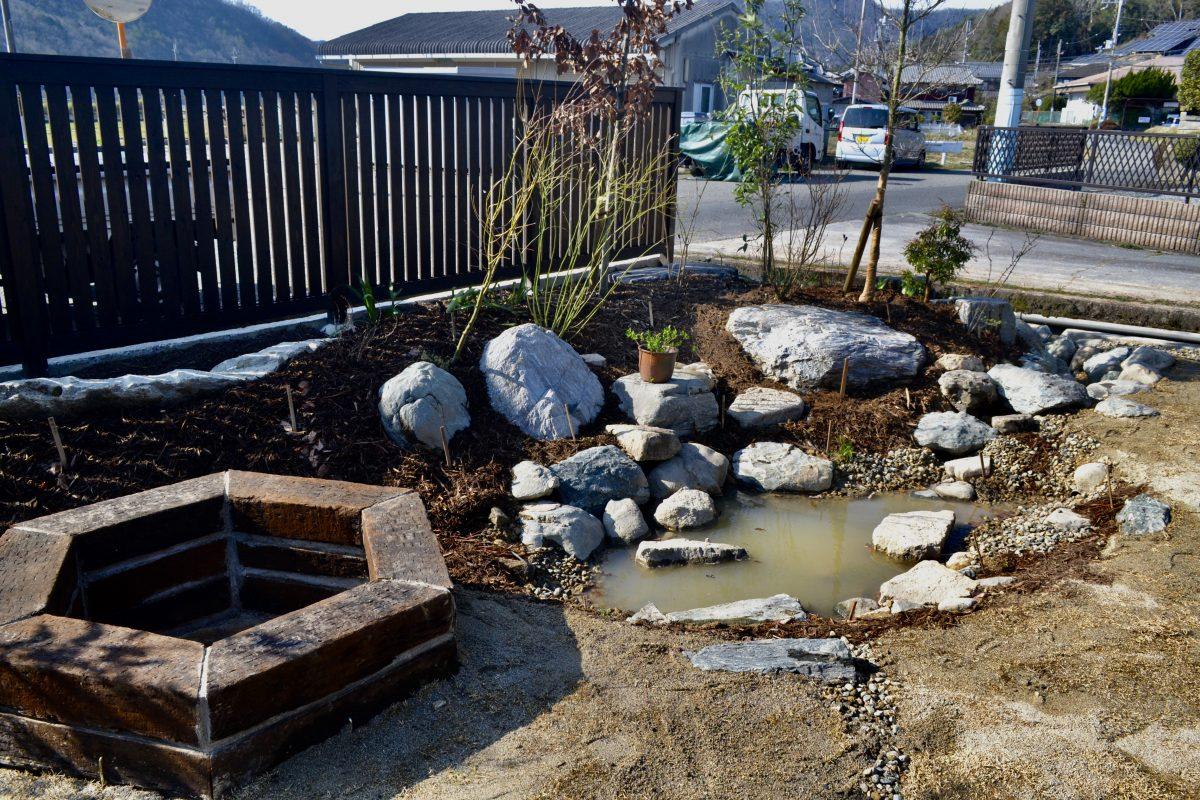 庭は、雨水をゆっくり排水、そして地中に浸透させる場所。